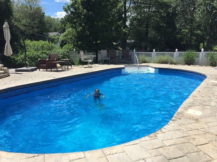 Beach house with pool short walk to Jenness Beach!