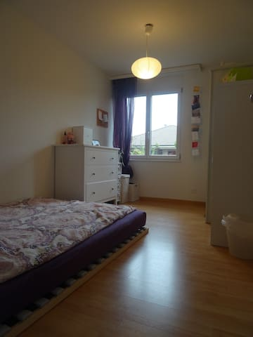 Schönes Zimmer, nicht weit von Bern entfernt - Wichtrach - Lägenhet