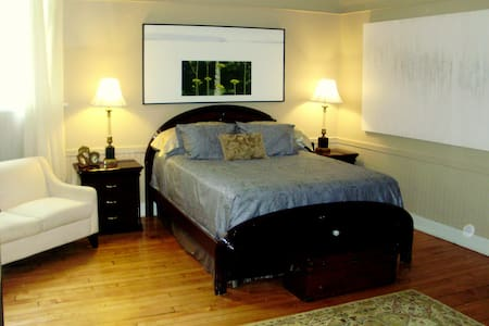 Academy B&B Master Suite - Bath - Bed & Breakfast