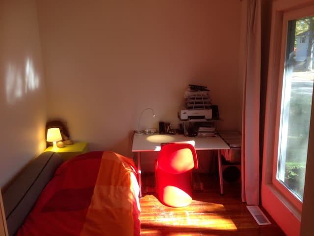 Sunny room with private bath in Smith neighborhood