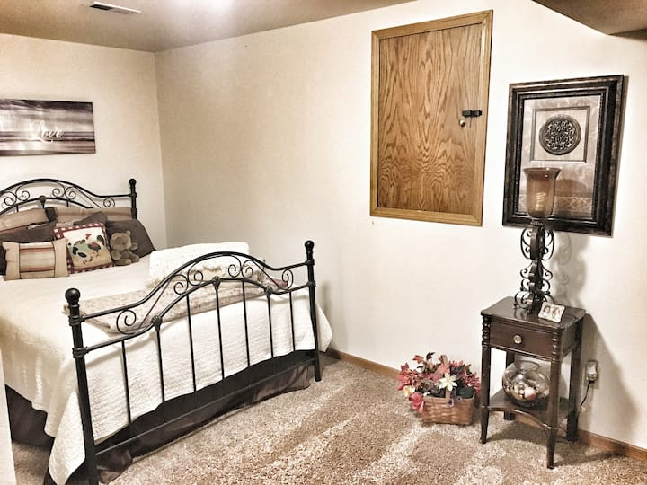 Beautiful downstairs suite 2 br+1 bath 1400 sq ft