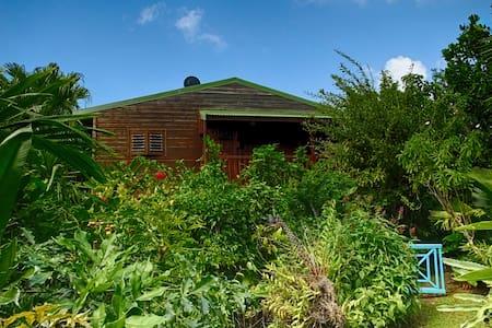 Maison de style créole en bois rouge