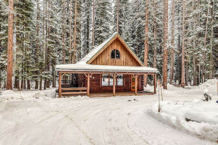 Lovely dog-friendly cabin w/full kitchen, wrap around deck, & private gas grill!