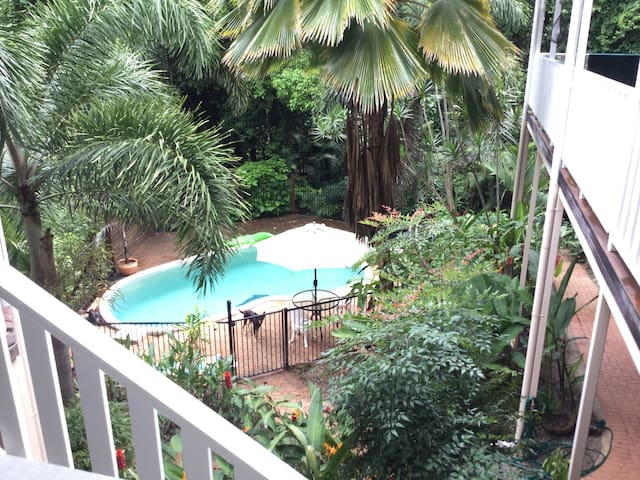 Rooms available close to Cairns - Caravonica - House