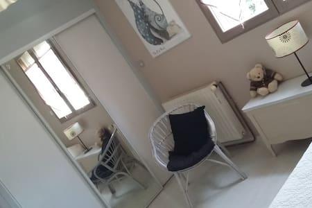 Chambre confortable avec salle d'eau privée. - Ballainvilliers