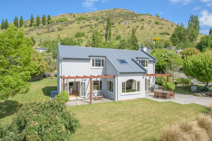 Paeroa View - Large Cosy Home w/ Mountain Views