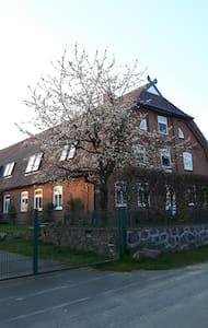 Große Wohnung in einem alten Bauernhaus - Köthel - Apartemen