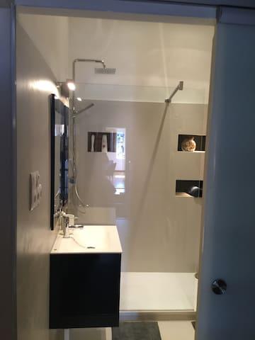 Salle d'eau, douche italienne, chambre 2