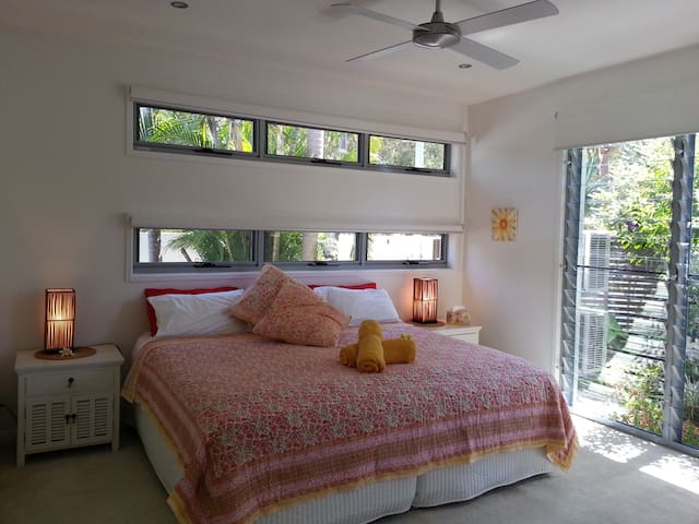 Modern Private I bedroom Apartment - Coolum Beach