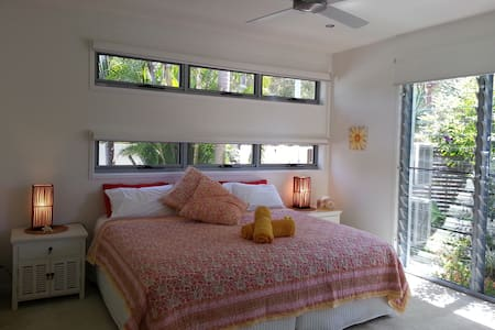 Modern Private I bedroom Apartment - Coolum Beach - Huis