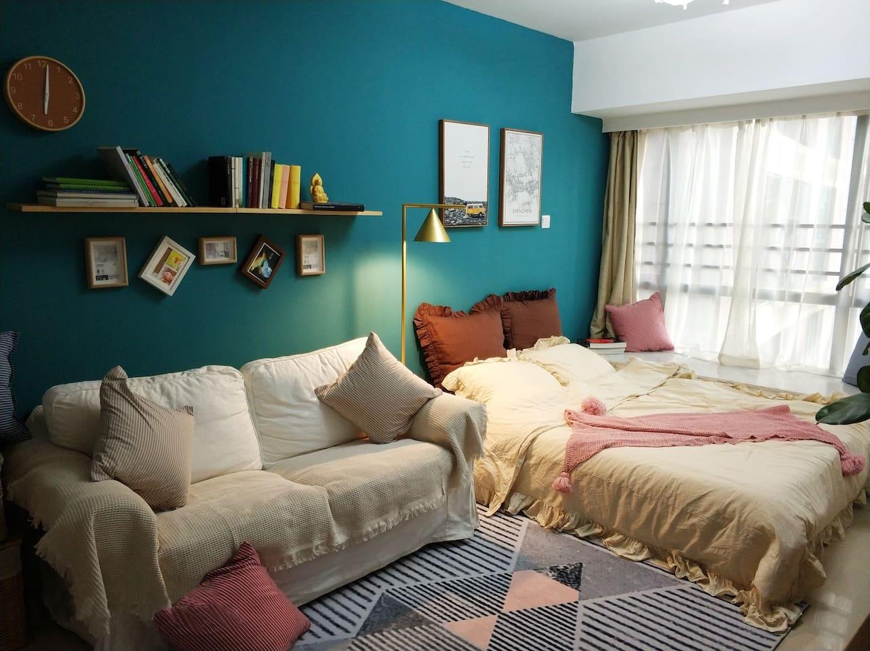 复古绿墙配浅色布艺