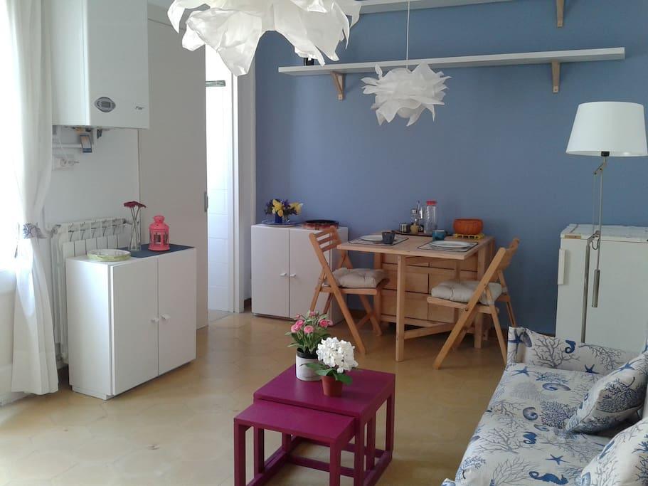 Sala de estar, comedor y cocina, con salida a la terraza