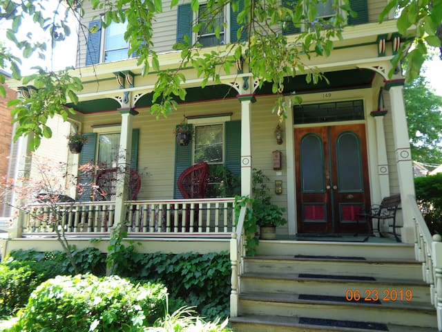 Great Saratoga, two blocks to downtown, 1 bdrm apt