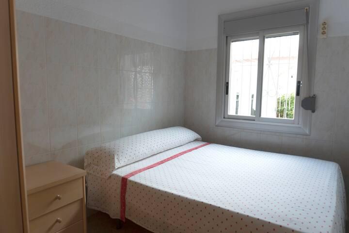 Dormitorio 1.  Cama de matrimonio con gran armario