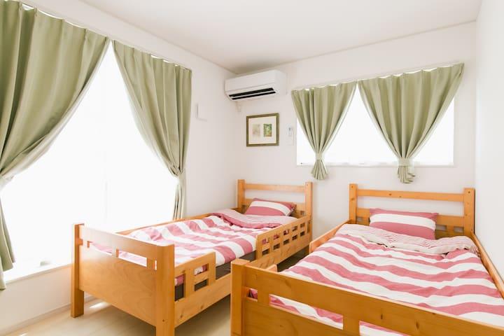 ~寝室3~ベッドに柵があるので、お子様にも安心してお泊りいただけます。