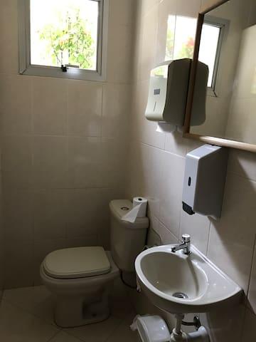 Colabore com o meio ambiente e ande 2 minutos para usar o banheiro de banhistas do prédio!