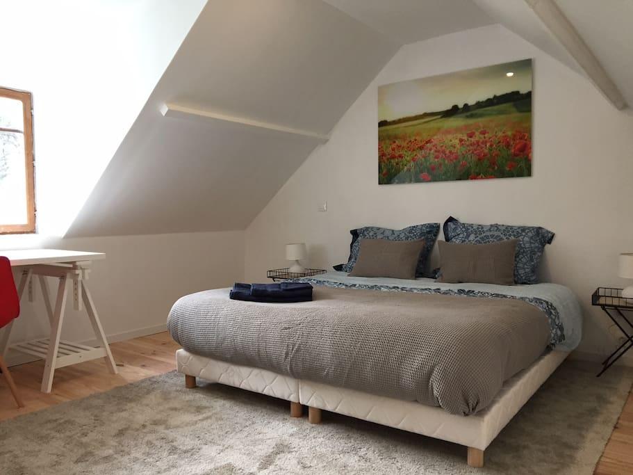 Chambre à l'étage en configuration lit double, possibilité de faire deux lits simples