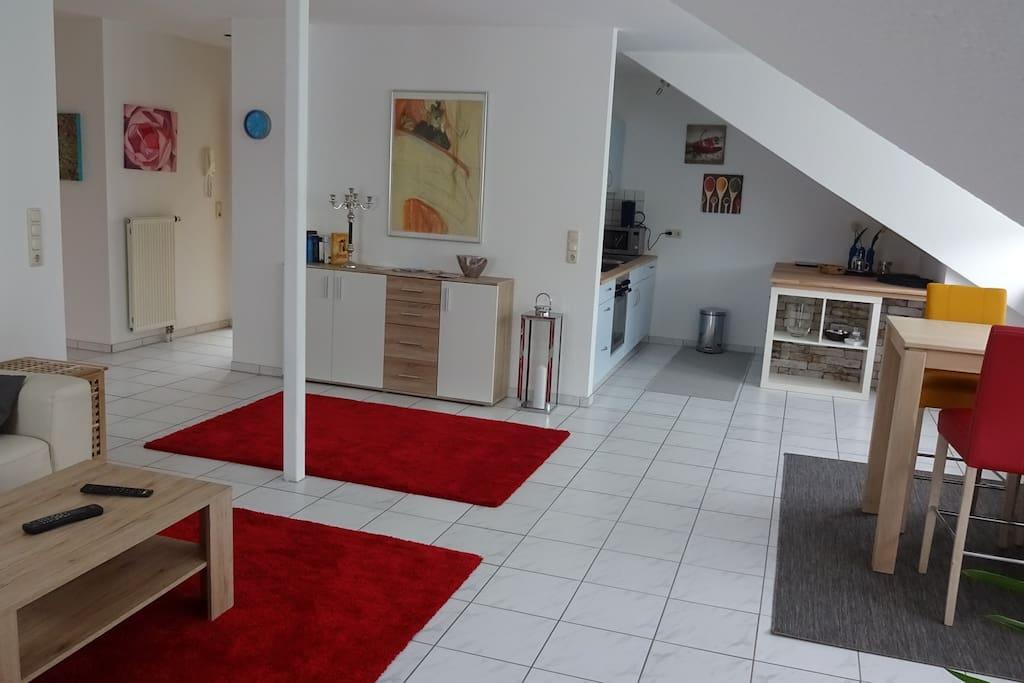Blick vom Wohnraum -  links Eingang rechts Küche