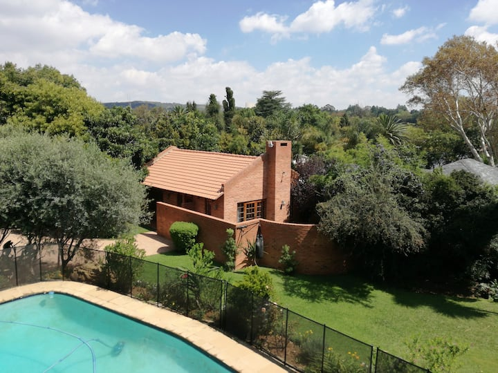 Pristine Cottage in the green heart of Joburg
