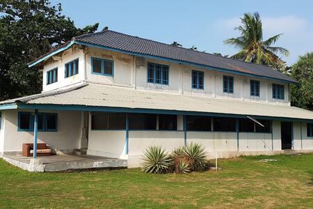 Karang Nyimbor Surf Hotel White House B/O