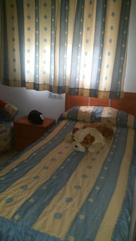 Habitación doble en casa adosada.Buen barrio - Bormujos - Dům