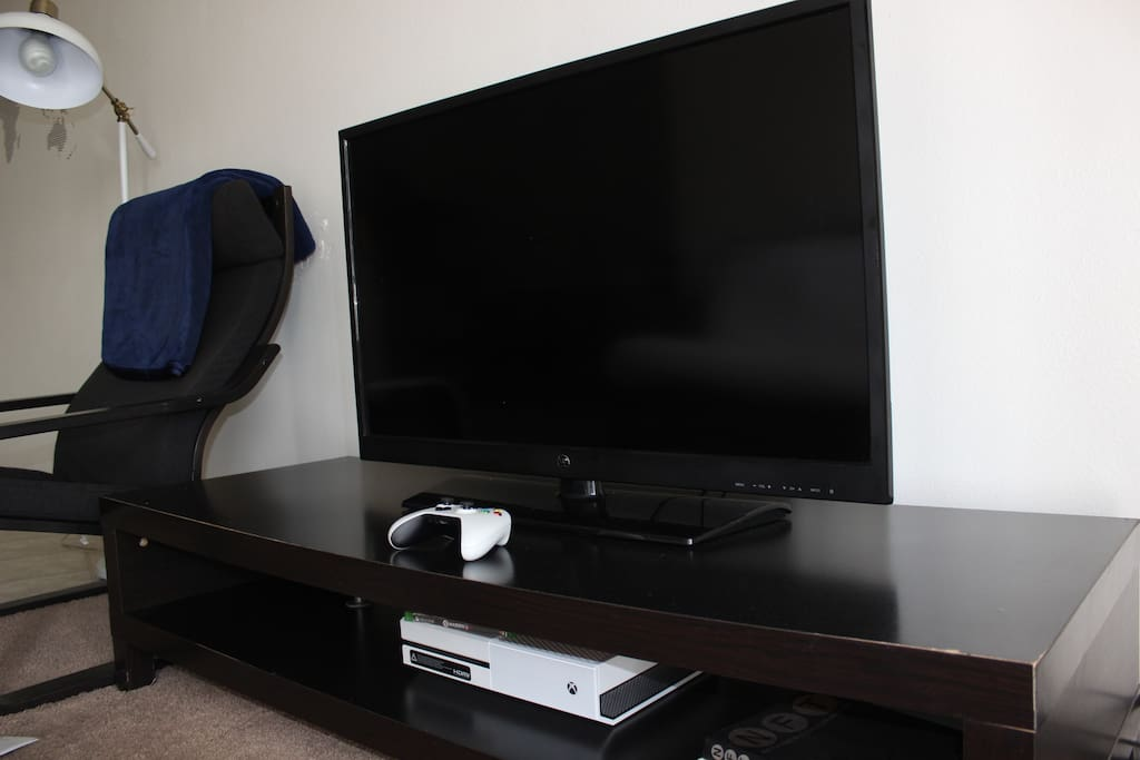 Fun Entertainment system! Come play XBox, watch Netflix, HBO Go, AMC and use free WiFi!!!