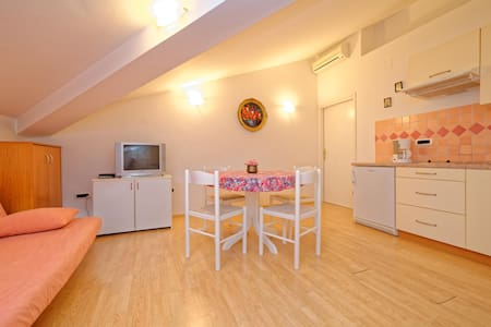 Villa Udovicic / One bedroom attic ROSE - Pula - Apartament