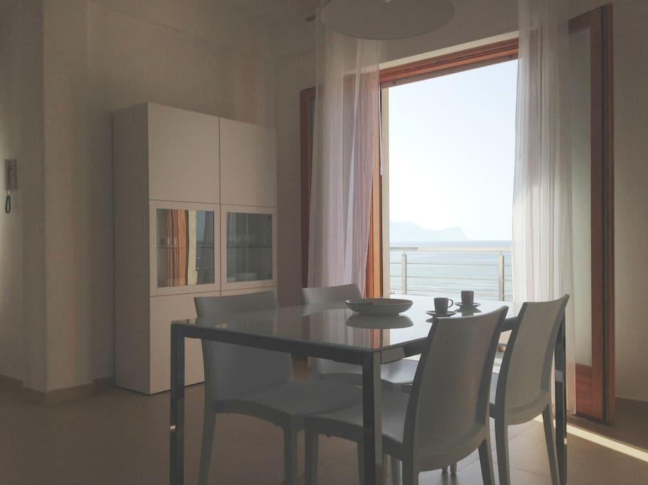 Soggiorno - zona pranzo con vista sul mare