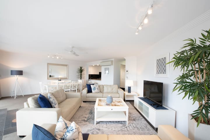 Lovely spacious & light open plan lounge opens to huge terrace
