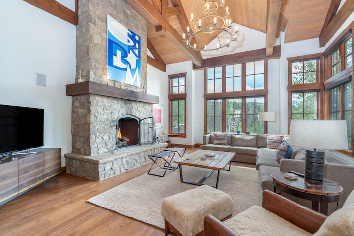 Gorgeous Ski-in Ski-out Alpine Escape with Private Hot Tub, Game Room and Ski Lockers