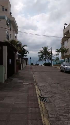 Este Apto. está localizado à 50 metros do mar.