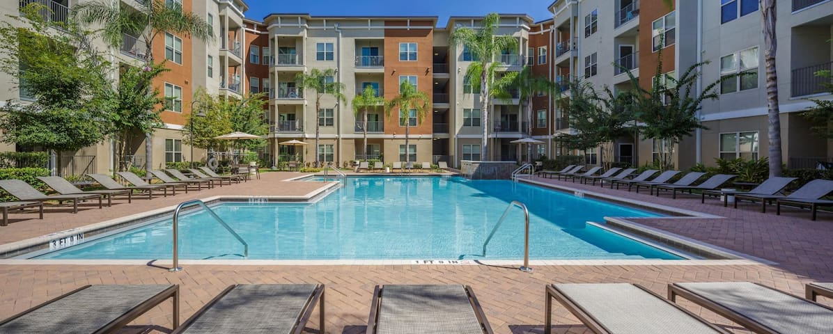Westshore ~ walk to world-class shopping/dining!