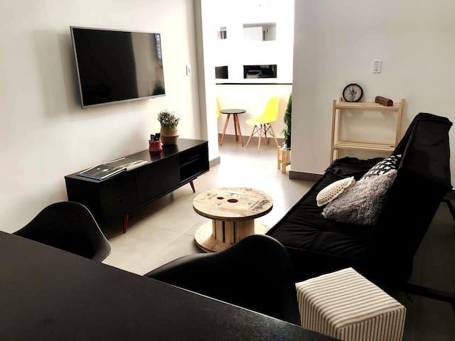 Sala com tv de 50 polegadas e sofá cama de casal.   Baralho e mini xadrez na gaveta do rack da sala.