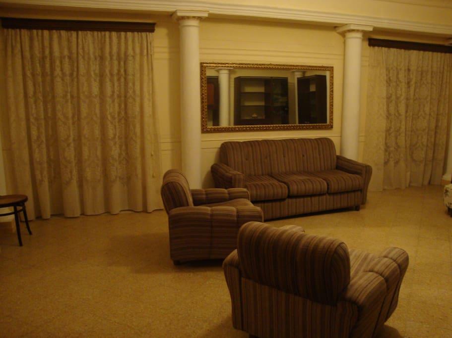 salone con divano letto matrimoniale e mobile letto singolo