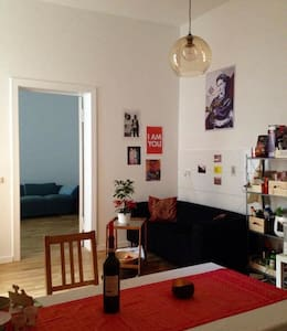 Spacious bedroom in clean and peaceful flatshare - Berlín