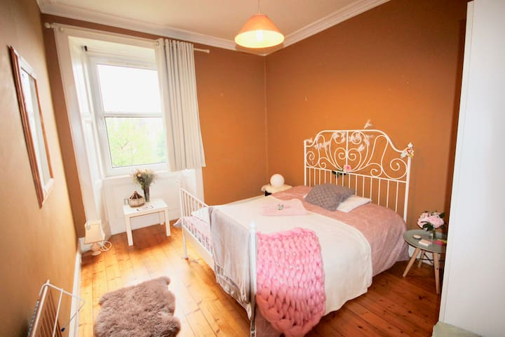 Your Victorian room(10min drive to Princes street)