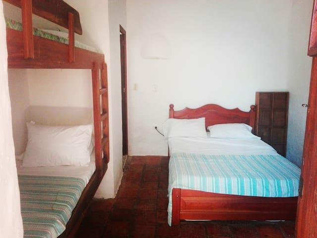 Habitación para cuatro personas con cama doble y camarote