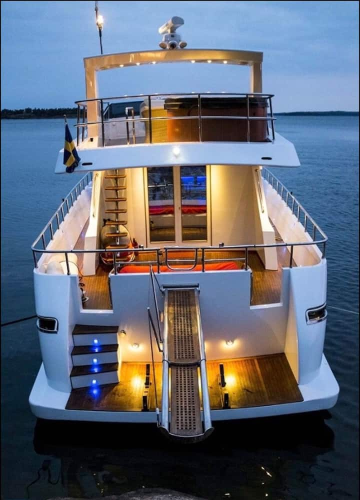 Nice living for 1-3 persons in a luxurious Yacht