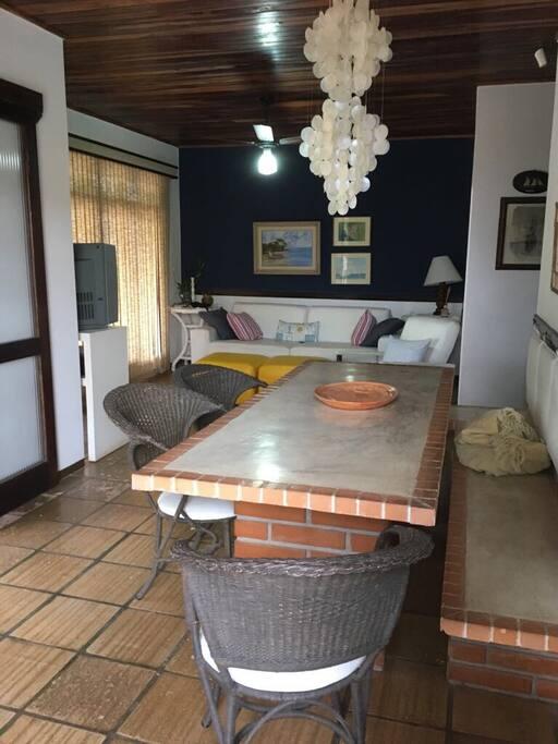 Sala e mesa de jantar