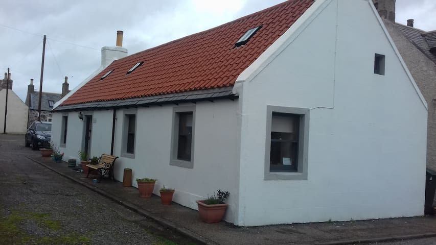 Seahorses The Upside Down Cottage 3 Bedrooms 1 Bathroom Cottage In Cullen United Kingdom