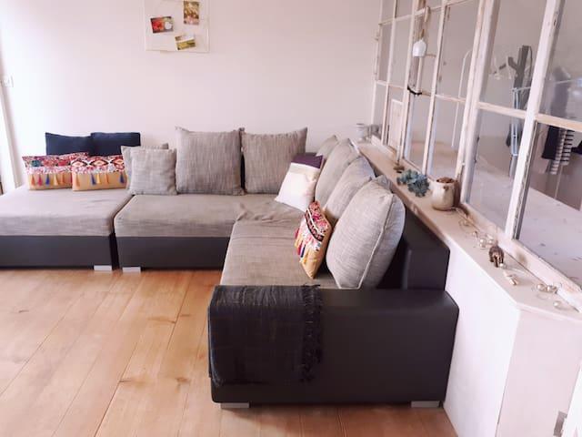 zweckmässiges Sofa in schöner Wohnung