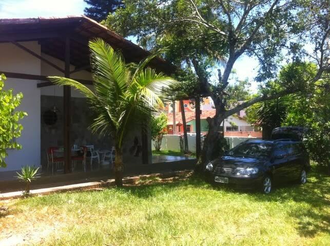 Casa grande antiga , simples, muito verde e espaço