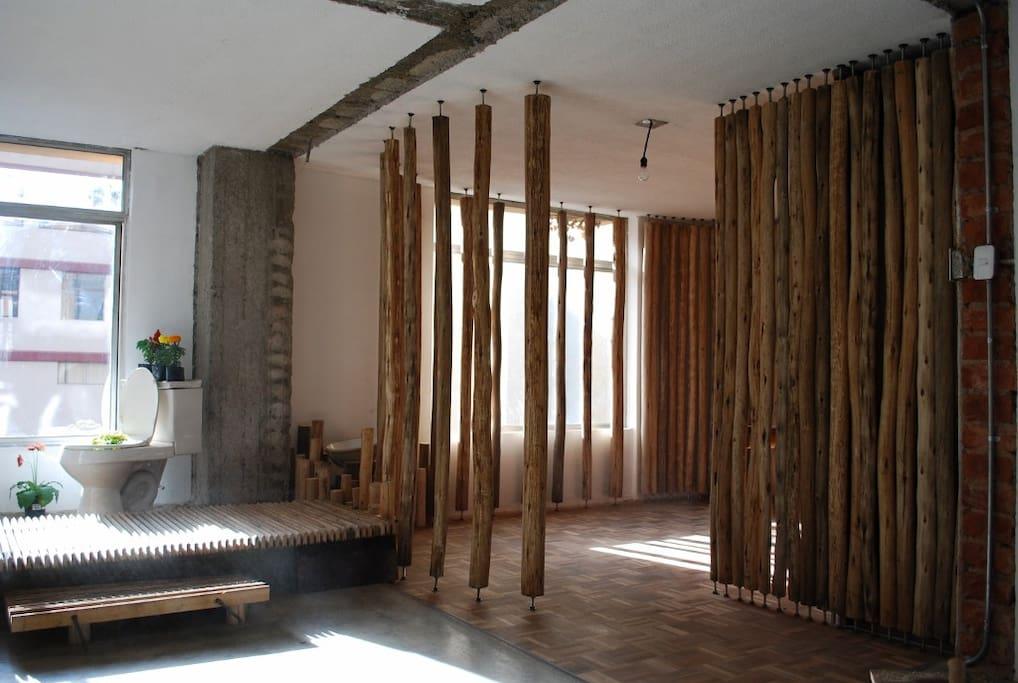 Vista del estudio y decoración del corredor y ventanales.
