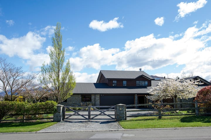 Wanaka Gem - Central beautiful family home