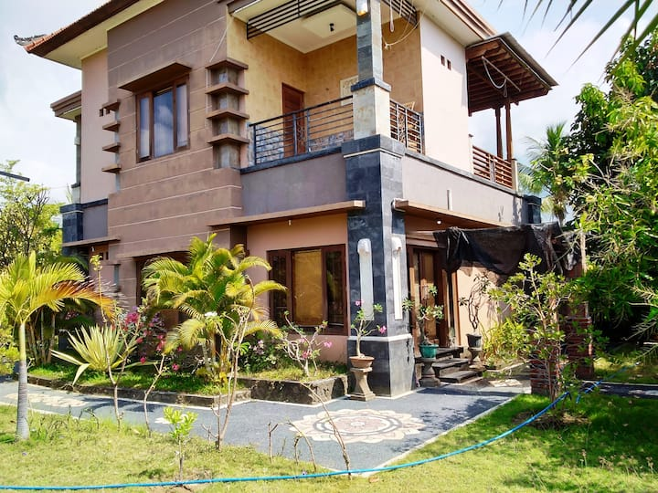 Large cozy 2 floor family house, Banjar North Bali