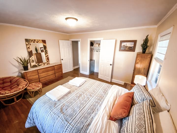 The Seagate Bungalow- Just minutes from the beach!