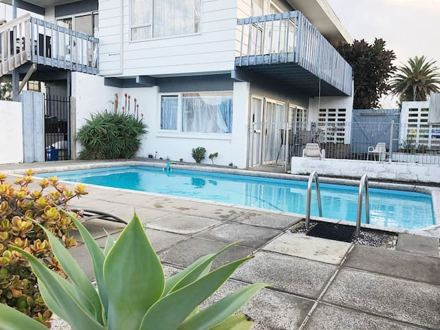 Lovely guest home in peaceful neighbourhood+pool