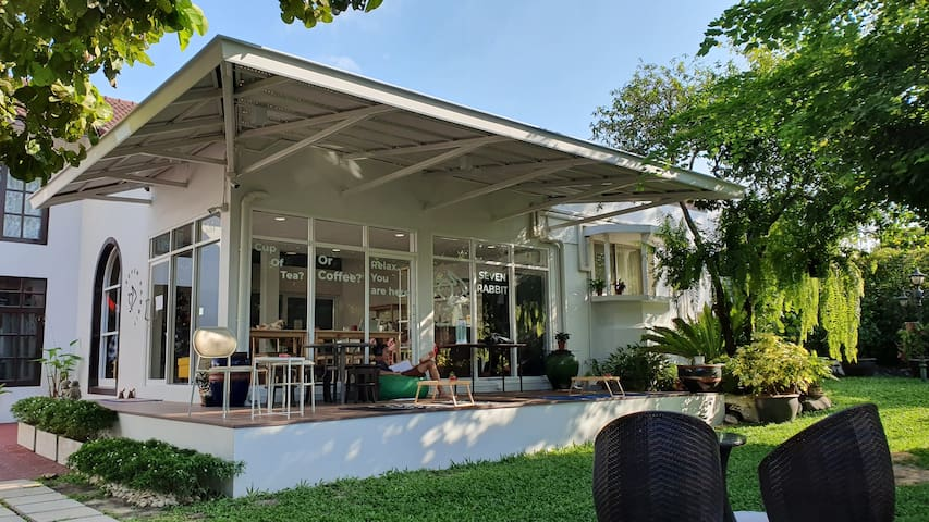 1. Comfy Family R with garden and cafe near APL