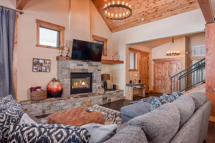 Vaulted ceilings and hardwood floors add a luxurious mountain-lodge feel in the living area.