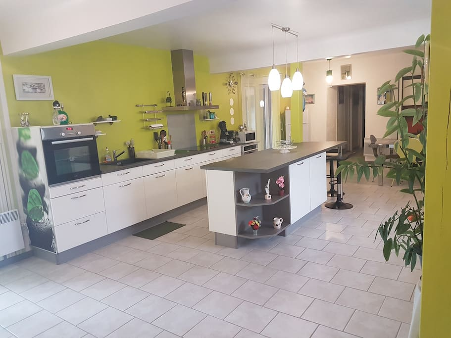 grande pièce de 90 m2 cuisine équipée salon salle à manger